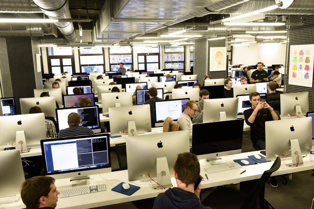 Thierry Mandon s'est rendu, le 23 novembre 2013, dans l'école d'informatique dirigée par Xavier Niel et située dans le 17e arrondissement parisien. L'école 42, qui forme aux métiers du numérique, est une école ouverte, gratuite et qui vise l'excellence tout en s'attachant à recruter les étudiants sans condition de diplôme.